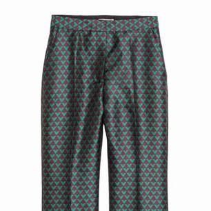 - jacquardvävd kostymbyxor från h&m trend - mörklila och grön - storlek 36 - hög midja - kickflare liknande modell - använda endast en gång