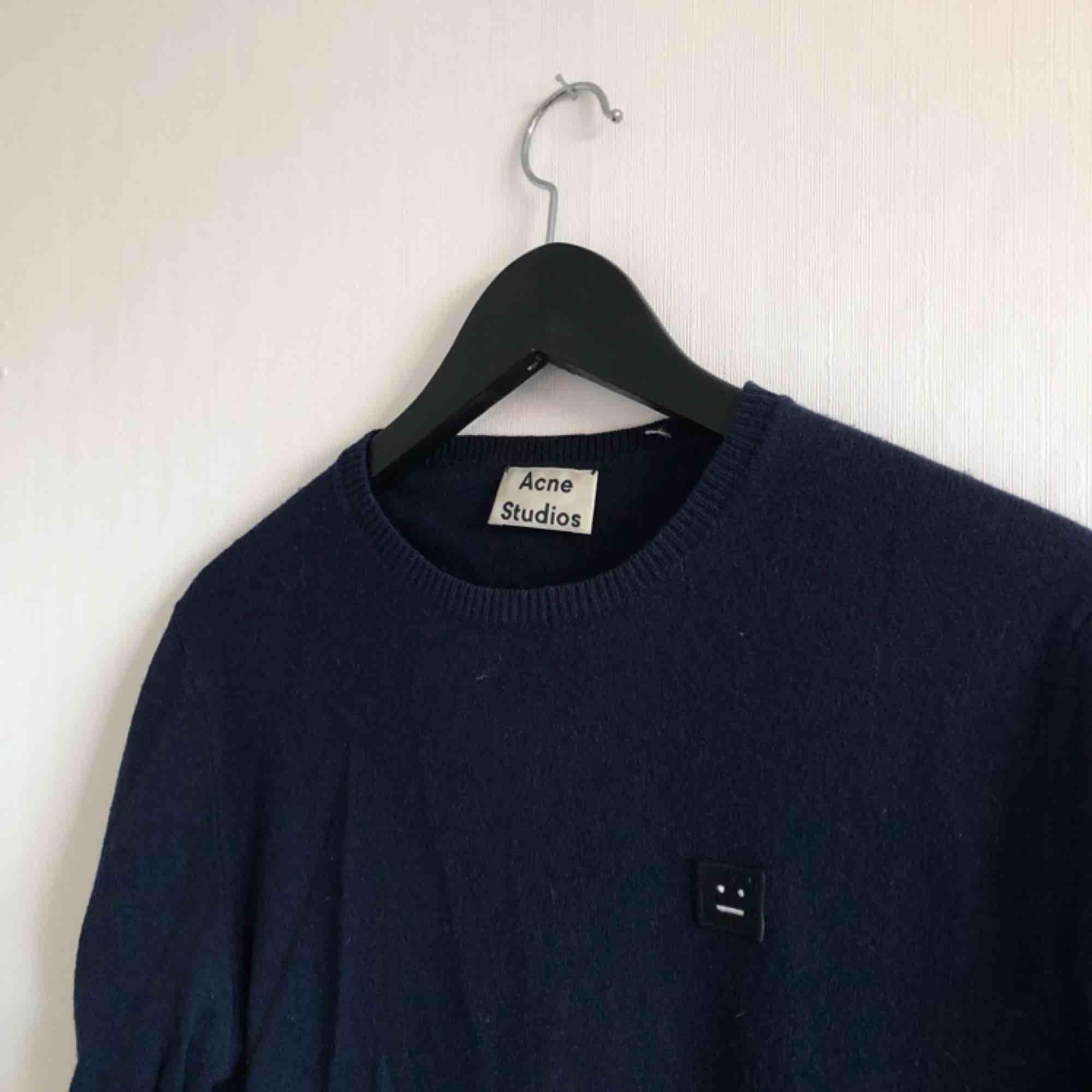 - modell DASHER O FACE NAVY - strl S, passar herr och dam - 100% ull - använd ytterst lite, inte nopprig eller sliten - stickad tröja / långärmad / sweaters / knitwear - mörk blå. Stickat.