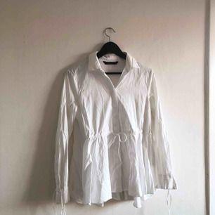 - vit skjorta från H&M trend - storlek M men passar S lika bra - använd 2-3 gånger