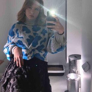 Suuuper snygg kjol från hm! Det är som små fjädrar på typ. Kontakta för fler bilder