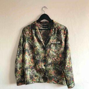 - Love stories  - blus / skjorta i populära pyjamasskjort modellen - Silkestyg - djungelmönster i grönt - passar storlek S