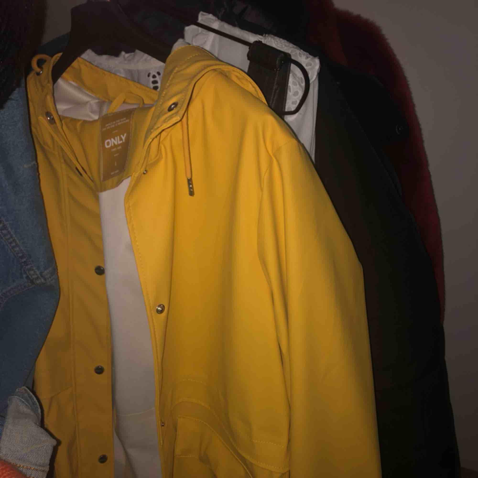 En regnjacka i världens härligaste färg! Perfekt såhär års med en stickad tröja under :) råsnygg men används aldrig därav nyskick  PRIS KAN DISKUTERAS . Jackor.