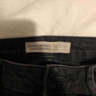 Svart/gråa jeans från Zara! Slitna detaljer på sidorna och även längst ner samt en liten slits. Knappt använda.