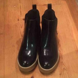 Superfina blanka skor. Funkar bra även i regn. Använda en gång (typ 300m). Säljes pga för liten storlek.