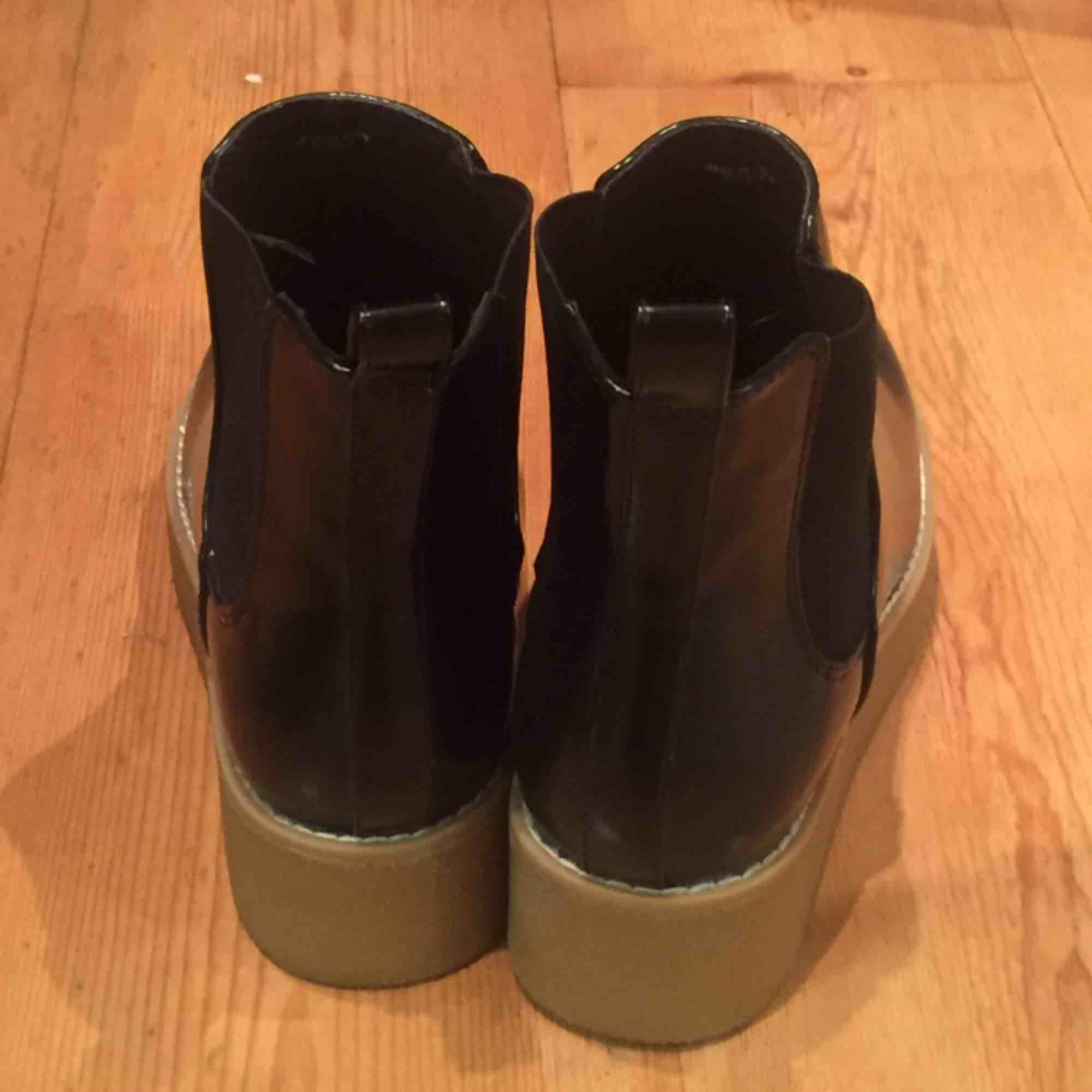 Superfina blanka skor. Funkar bra även i regn. Använda en gång (typ 300m). Säljes pga för liten storlek. . Skor.