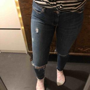 Mörkblåa jeans med slitningar och hål. Från lager 157. Super fina.