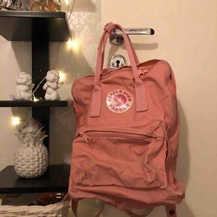 En smutsrosa fjällräven ryggsäck! Använd då och dä därav det billiga priset.