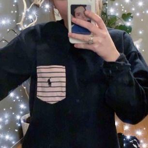 ralph lauren sweatshirt köpt på beyond retro. snyggt oversized på XS. skulle säga att den passar XS-S och liten M. den är inte fläckig, min spegel är bara smutsig :) osäker på om den är äkta. skicka meddelande om du är intresserad. tar endast swish!!💒