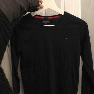 Tommy Hilfiger långärmad tröja använd 2 gånger Storlek 164 som nj ser men passa mig som har xs/s  170 kr ink frakt elr möttas upp inom Stockholms området för 150kr  Köpt för 499 på NK kids