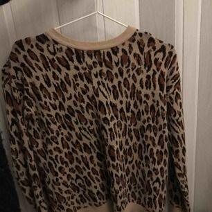 Leopard långärmad tunn stickad tröja från H&M köpt för några år sen, aldrig använd. Frakt tillkommer