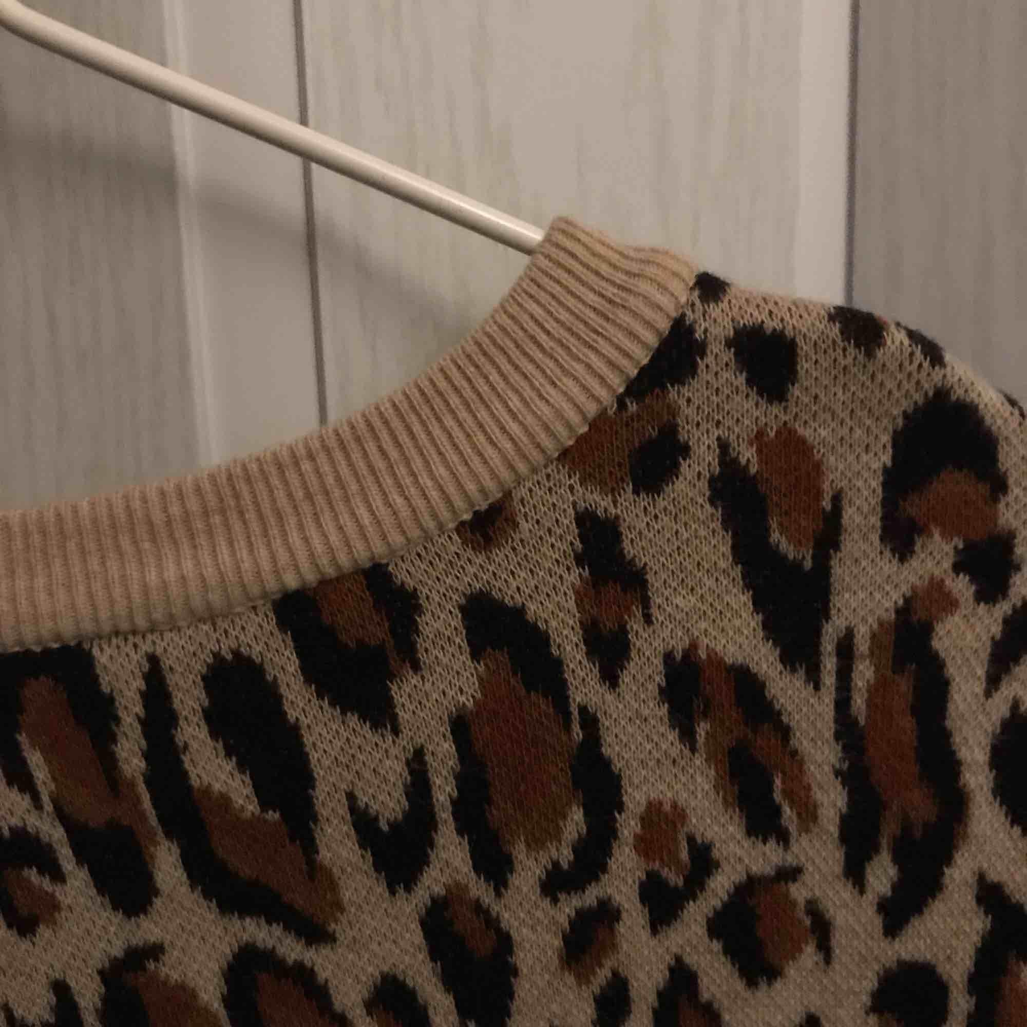 Leopard långärmad tunn stickad tröja från H&M köpt för några år sen, aldrig använd. Frakt tillkommer . Stickat.