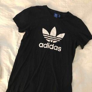 Adidas oversize T-shirt/T-shirt klänning.