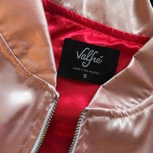Skitsnygg (o dyr) jacka från valfré. Storlek: S Pastell rosa o röd Knappt använd. Nypris runt 800kr