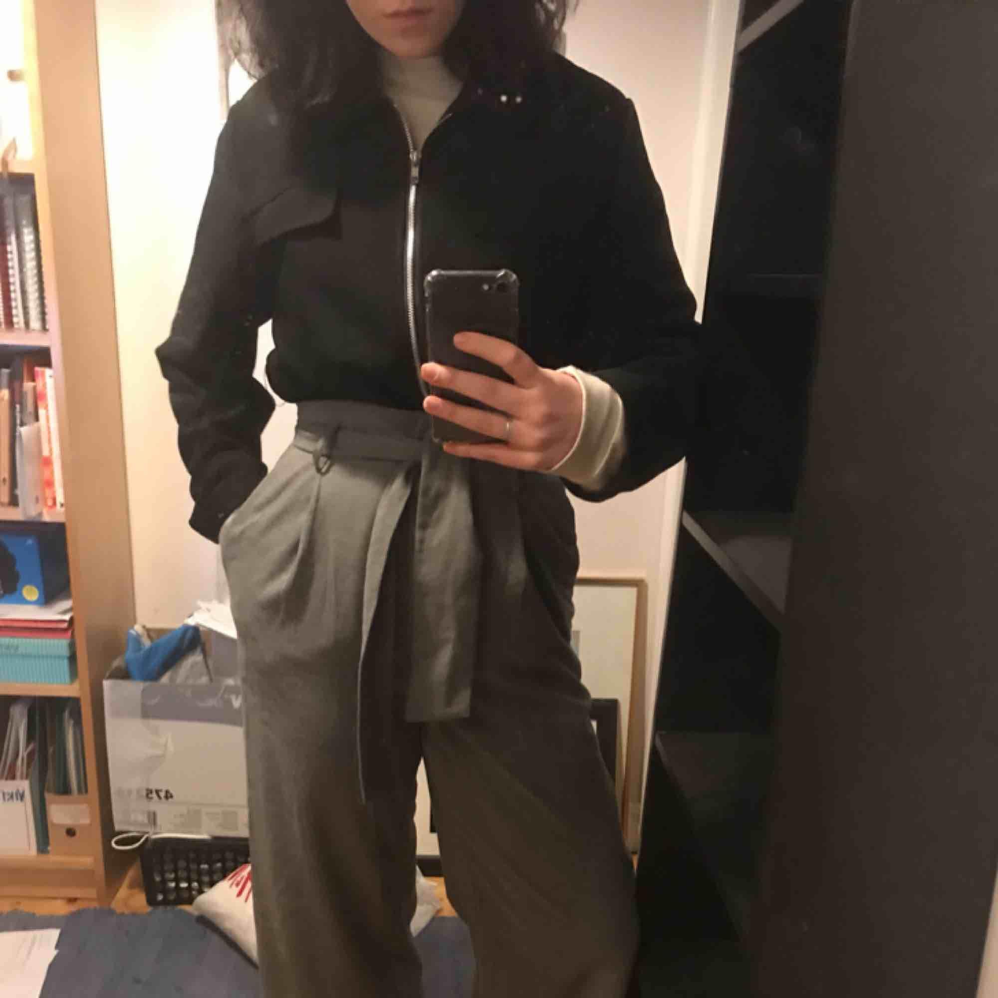 Fina vida byxor från h&m, nyskick (lite skrynkliga pga legat i en byrå långe). Går att ta av skärpet och använda ett annat. Köpare står för frakt :-)<3. Jeans & Byxor.