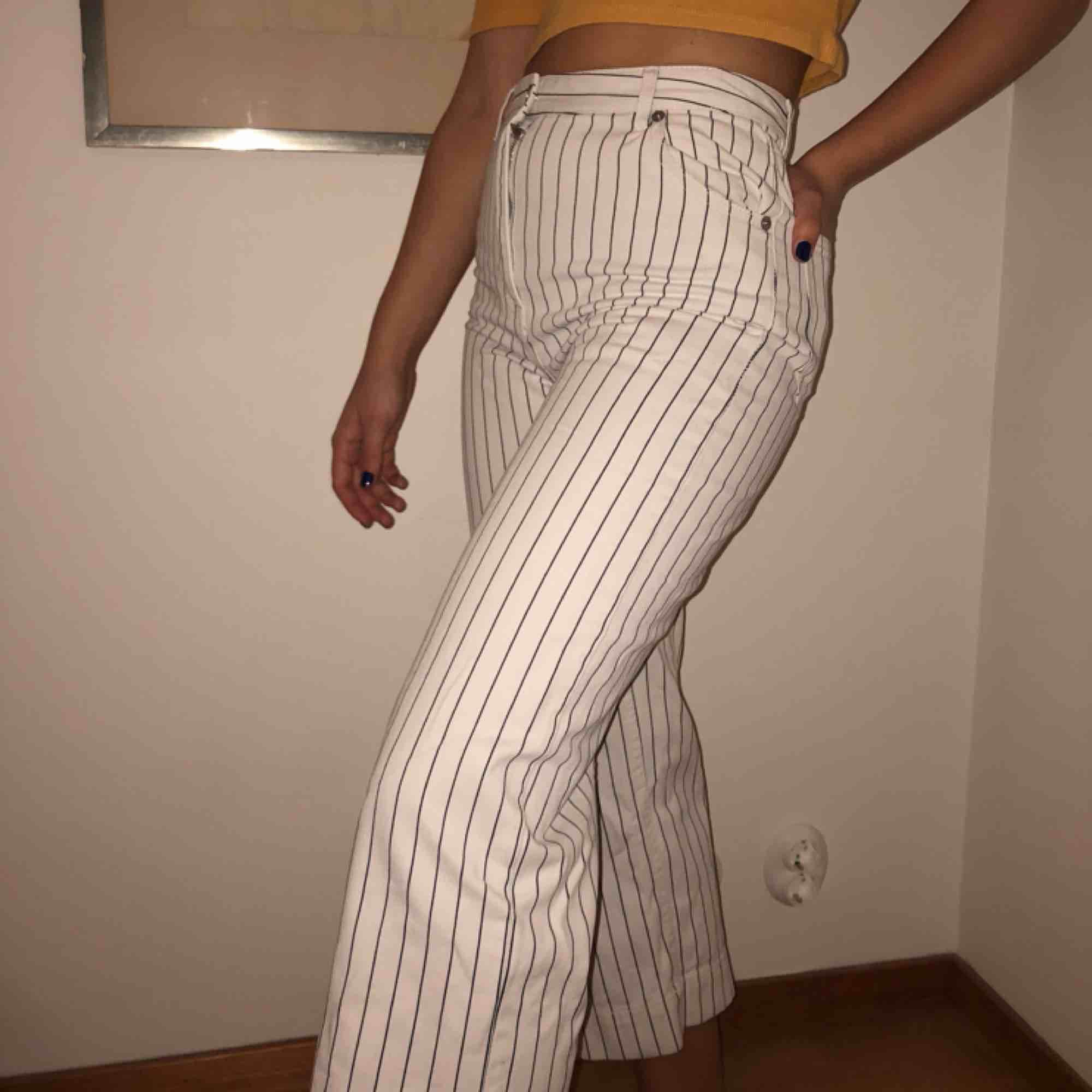 Svartvitrandiga byxor från Monki använda ett fåtal gånger! Perfekt till våren! Frakt ca 50kr. . Jeans & Byxor.