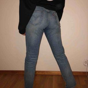 Snygga Levis jeans köpta i USA förra året. Säljs pga oanvändning.  Obs: Stor storlek, så passar en vanlig strl 27!