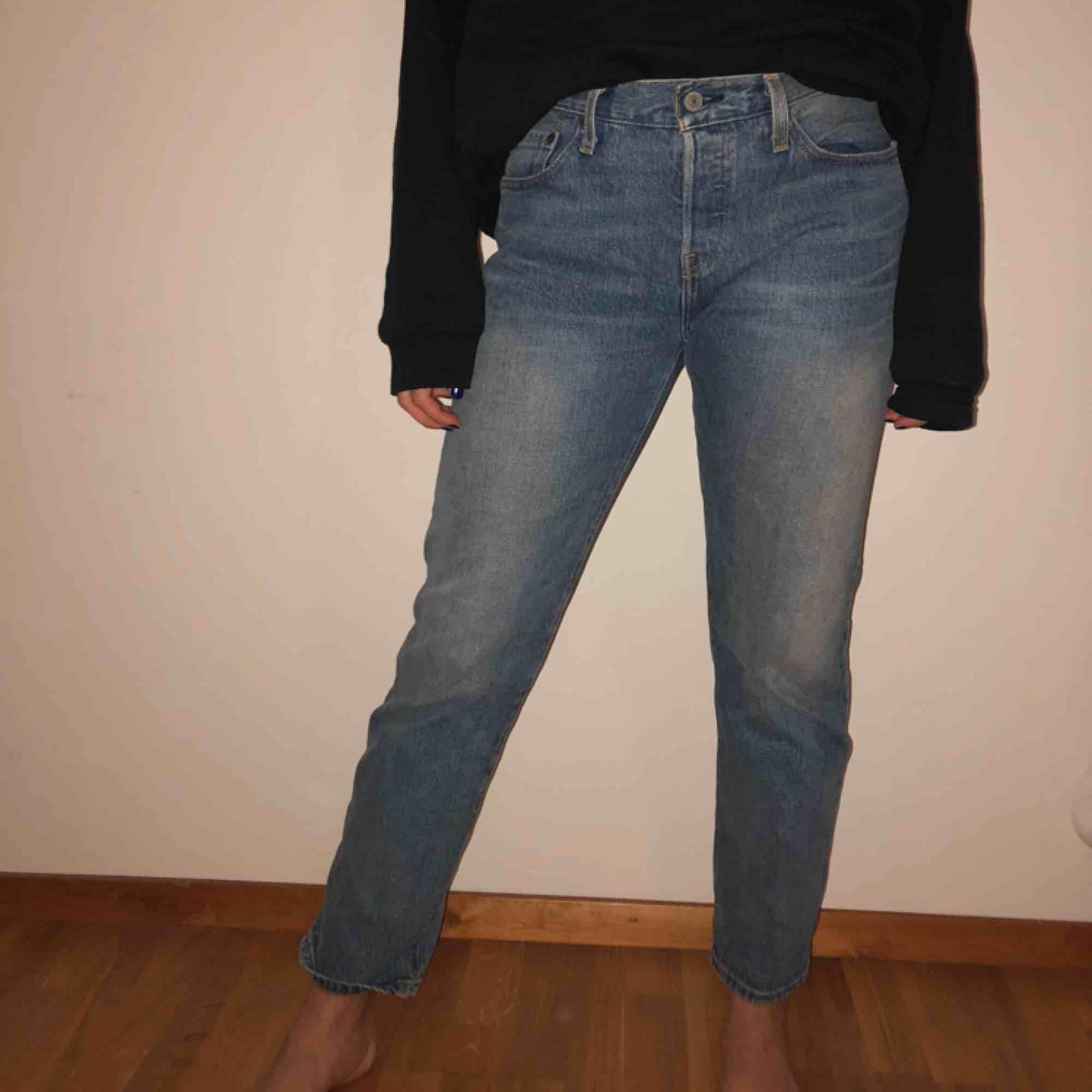 Snygga Levis jeans köpta i USA förra året. Säljs pga oanvändning.  Obs: Stor storlek, så passar en vanlig strl 27!. Jeans & Byxor.