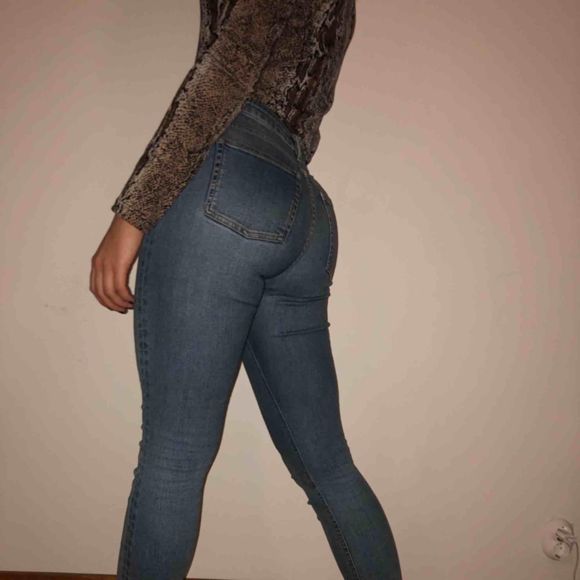ACNE STUDIOS JEANS  Ljusblåa Acne jeans i modellen SKIN 5 MID VTG Köparen står för frakt ca: 60 kr . Jeans & Byxor.