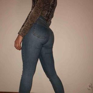 ACNE STUDIOS JEANS  Ljusblåa Acne jeans i modellen SKIN 5 MID VTG Köparen står för frakt ca: 60 kr