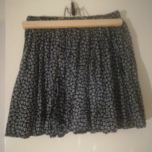 världens finaste kjol från brandy melville som tyvärr har blivit för liten. står one size på lappen men skulle säga xs/s då den är ganska kort men har resår i midjan.