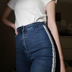 en par av mina FAVORIT byxor som bara ligger och glöms bort i garderoben. sjuuuukt högmidjade!!!! så nice för folk som mig som har svårt att hitta jeans som passar i midjan, de här sitter som en smäck!!!!! Väldigt stretchiga och bekväma.