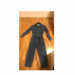 Verkligen jätte snygg och stilsäker jumpsuit i jeans från NA-KD. Har bara provats och är så gott som ny. Säljer då den är för liten för mig. 100% bomull. Ny pris: 599 kr, mitt pris 400 kr (frakten är inräknad i priset) | ACCEPTERAR BARA SWISH!