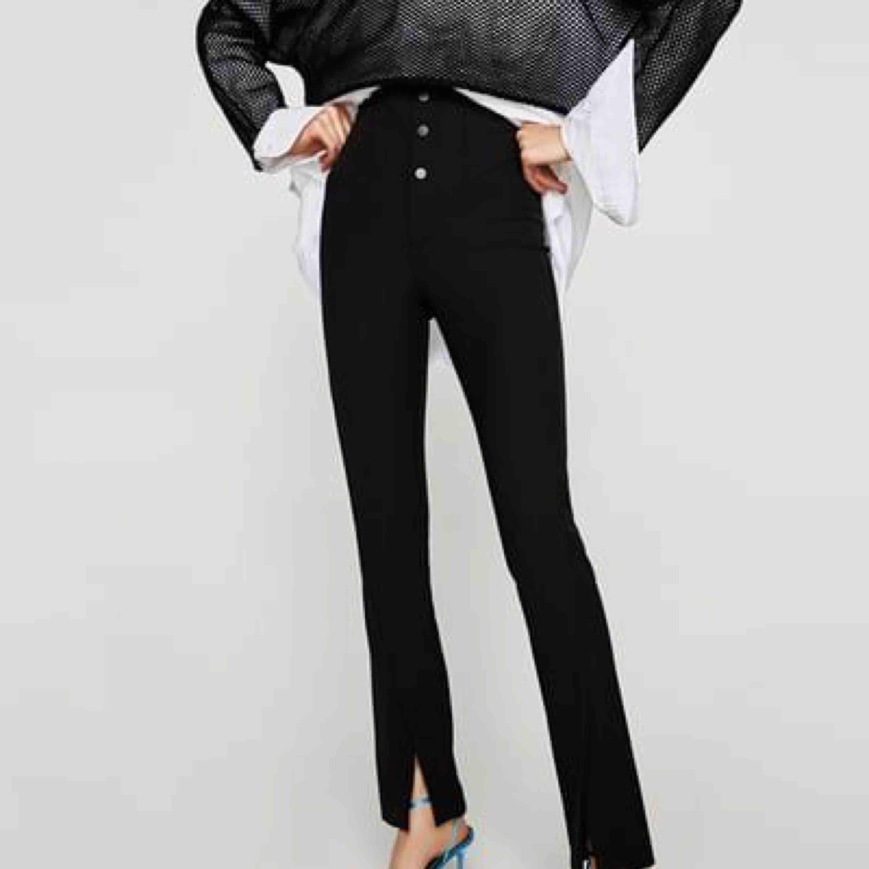 Säljer dessa fina byxor från Zara då dom inte kommer mycket till användning. Jätte fint skick!. Jeans & Byxor.