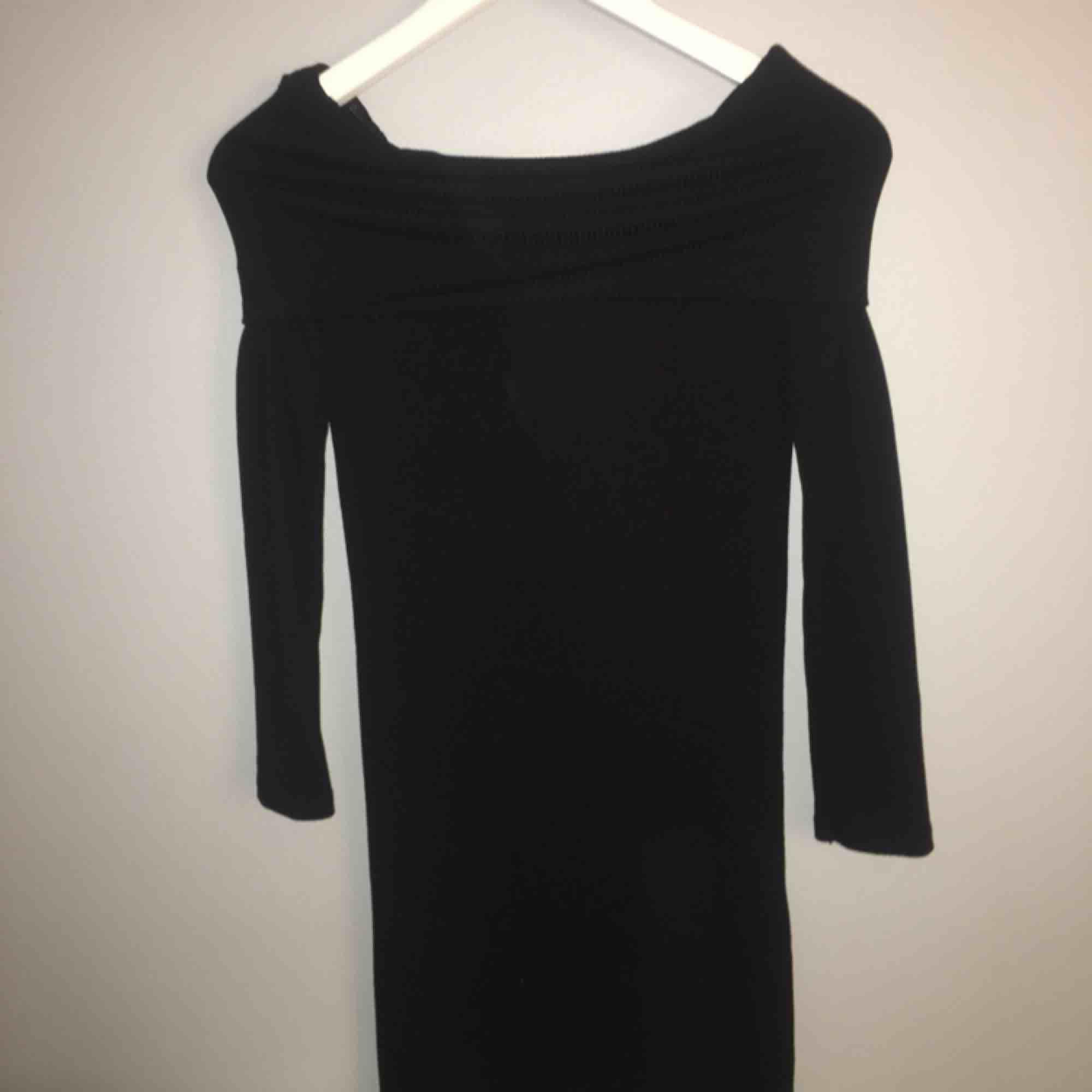 off shoulder klänning i st: XS  Använd en gång  Ink frakt. Klänningar.