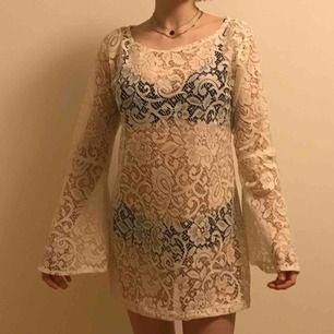 60-talsklänning i spets från beyond retro den är asgullig men finast med en underklänning! Storlek S men är en lös fit som ni ser så tror den passar M också:-)