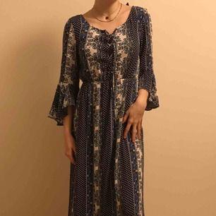 Blå och vit mönstrad långklänning från H&M, strl 36:) Jätteskön och luftig och najs!