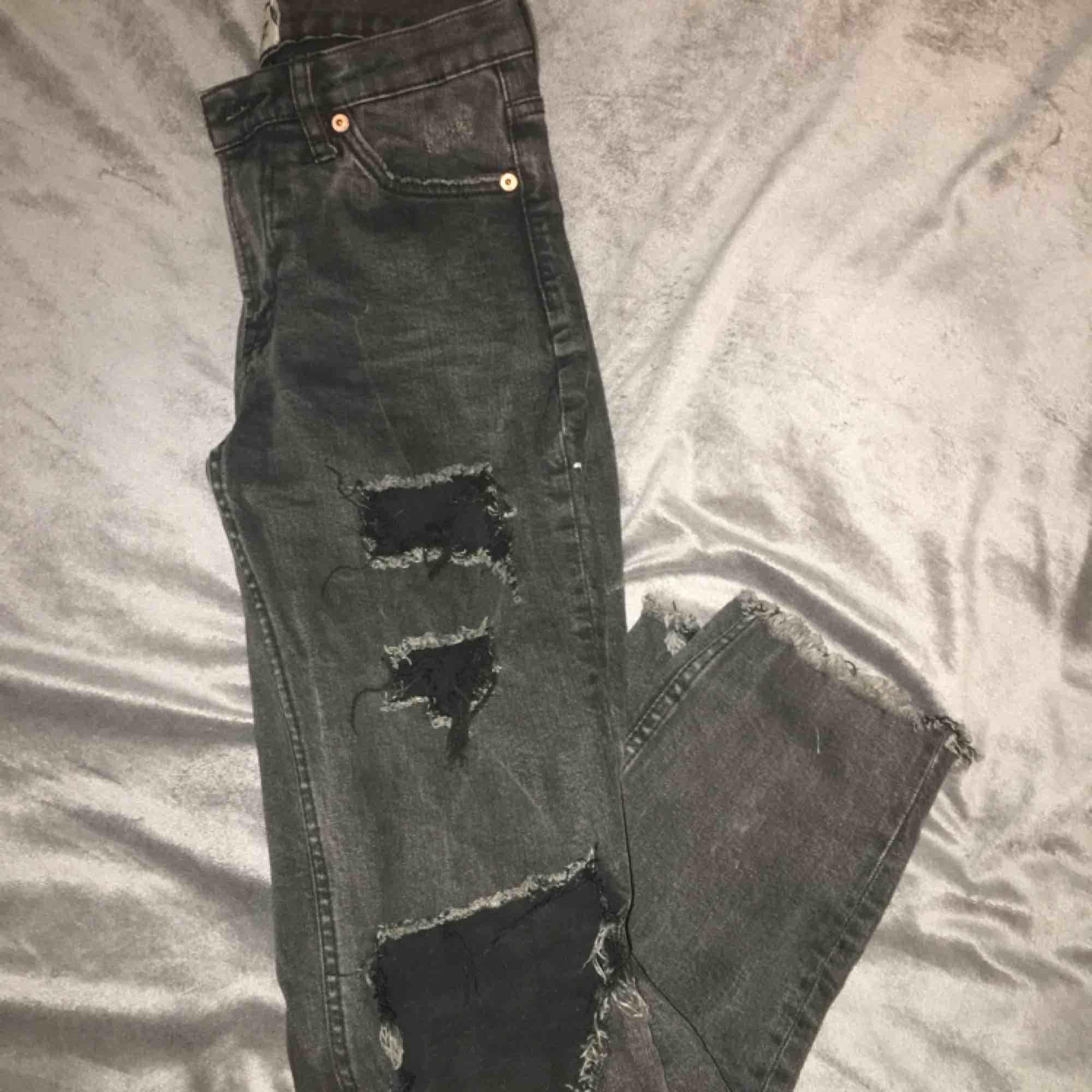 Svarta jeans med hål på benen från lager 157 Ink frakt. Jeans & Byxor.
