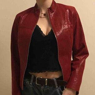 Röd jacka i äkta skinn med ormskinnsmönster, står ingen storlek med XS-S, kaaaanske M om man inte har så breda axlar. Så jävla snygg älskar den men använder aldrig så känns onödigt att ha kvar!