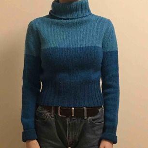 Såååå fkn fin stickad tröja från zara i tre olika blå nyanser, 30% ull och mkt varm!
