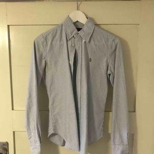 Ralph lauren skjorta. randig i blå och vit. Knappt använd, storlek 4 men som en s/XS.