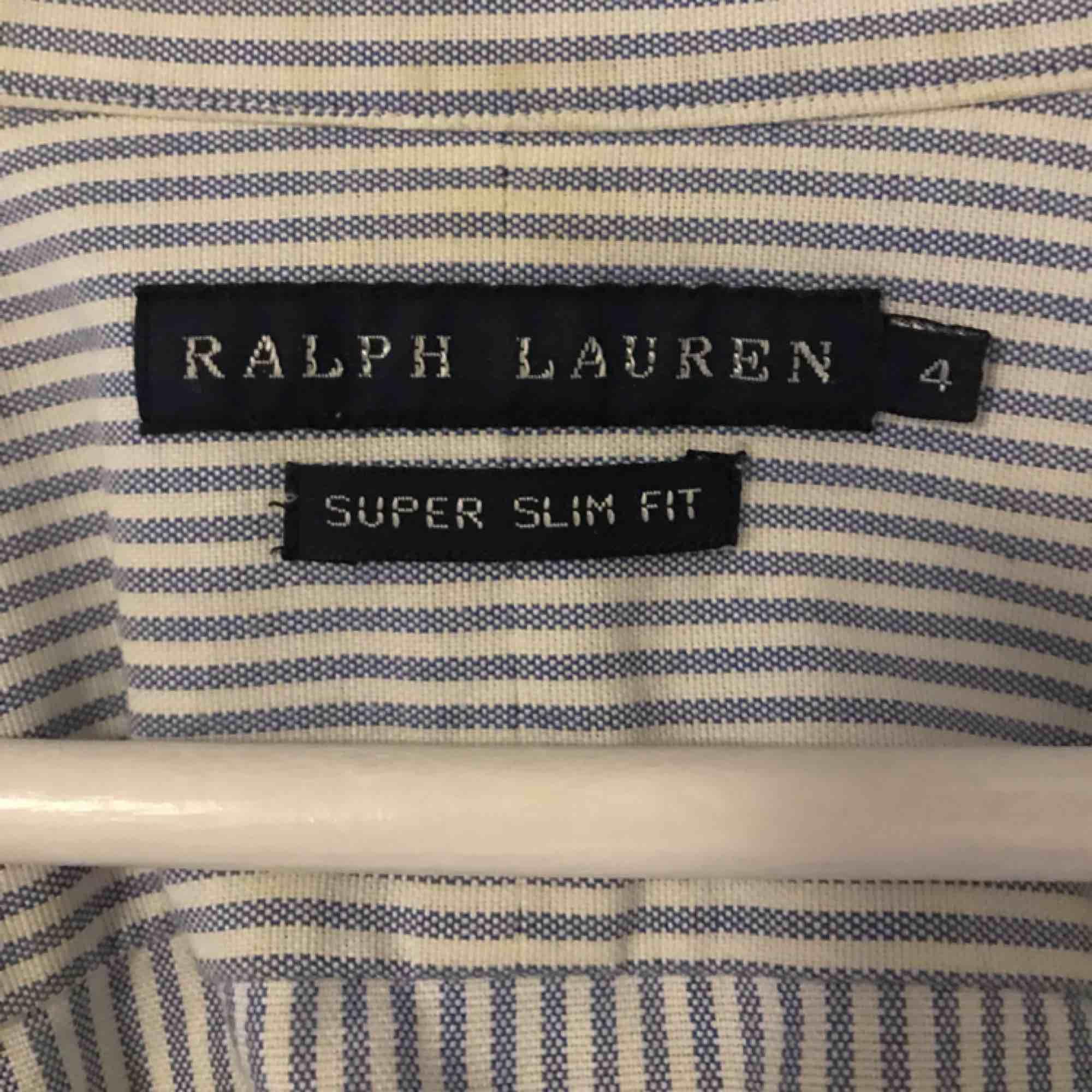 Ralph lauren skjorta. randig i blå och vit. Knappt använd, storlek 4 men som en s/XS. . Skjortor.