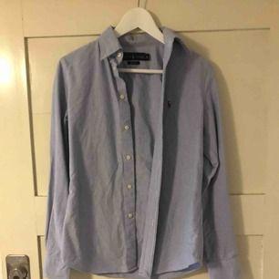 Ralph lauren skjorta i blått. Knappt använd.