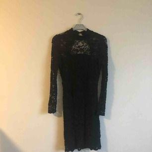 Fin figurnära klänning med halvpolo från Gina Tricot. Lite öppen i ryggen men 3 knappar i nacken. Köpt för något år sedan och är i använt skick.  Frakten är inräknad i priset (11kr+54kr) 🖤MÄNGDRABATT FINNS!🖤