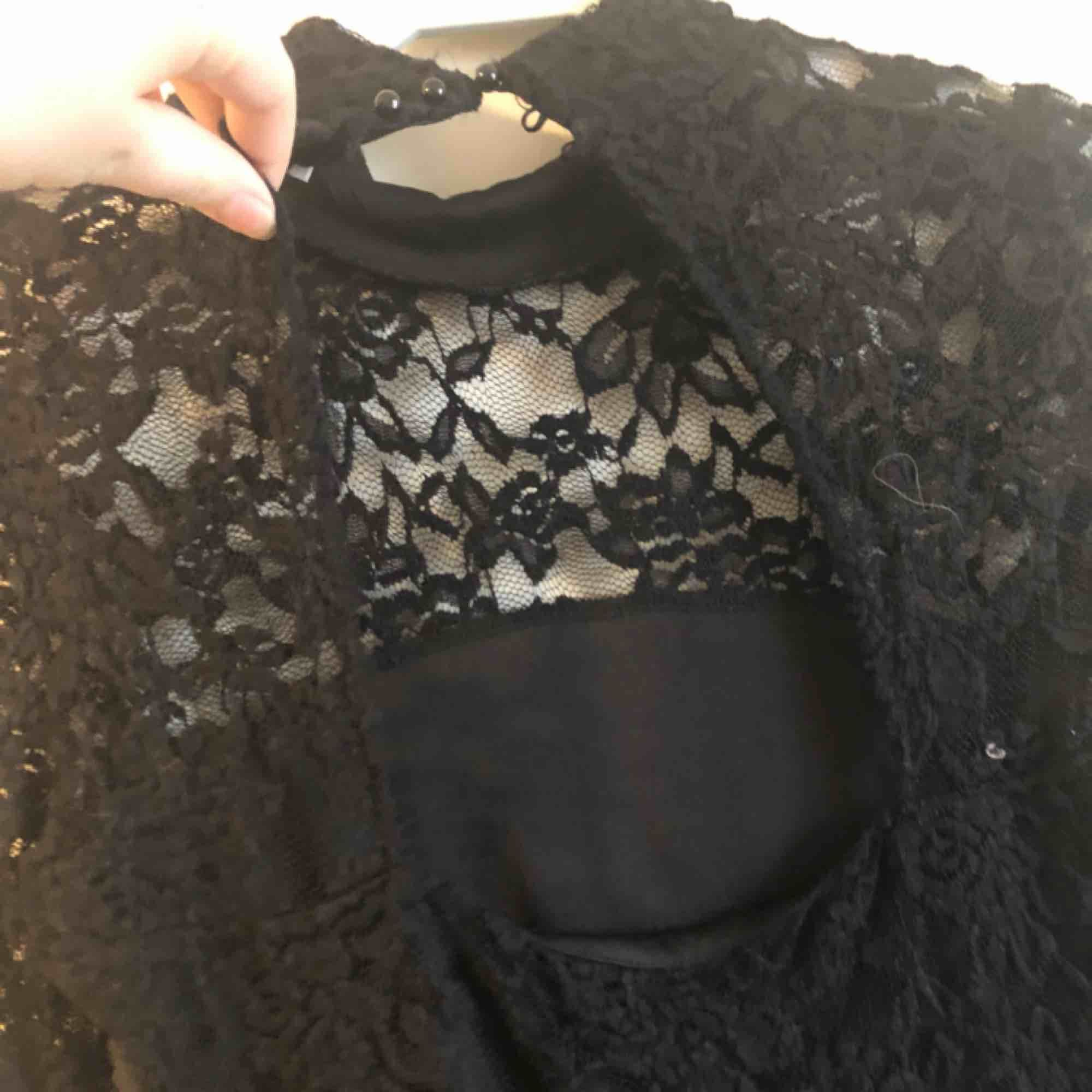 Fin figurnära klänning med halvpolo från Gina Tricot. Lite öppen i ryggen men 3 knappar i nacken. Köpt för något år sedan och är i använt skick.  Frakten är inräknad i priset (11kr+54kr) 🖤MÄNGDRABATT FINNS!🖤. Klänningar.