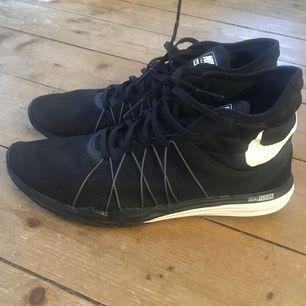 Nike dual fusion hit skor, i bra skick! Använda ca 5 ggr.