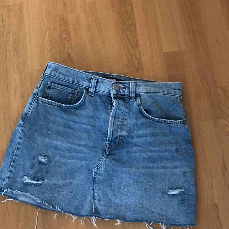 Jättefin jeanskjol från bikbok som tyvärr har blivit för stor för mig. Fint skick, köpt för 400kr.  Eventuell frakt betalas av köparen. Kjolar.