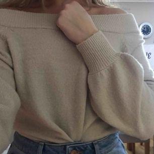 """Stickad, beige, off shoulder tröja från GinaTricot med """"ballongärmar"""" Jätteskönt material. Eventuell frakt betalas av köparen."""