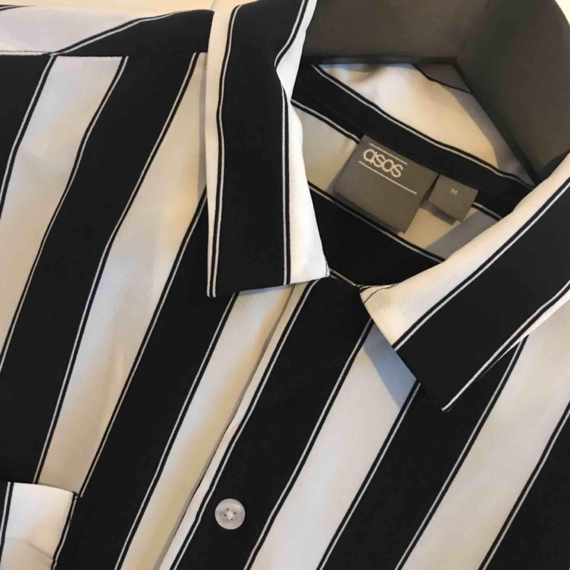 Herrskjorta från Asos i storlek M, endast använd några gånger! Frakt 28 kr. . Skjortor.