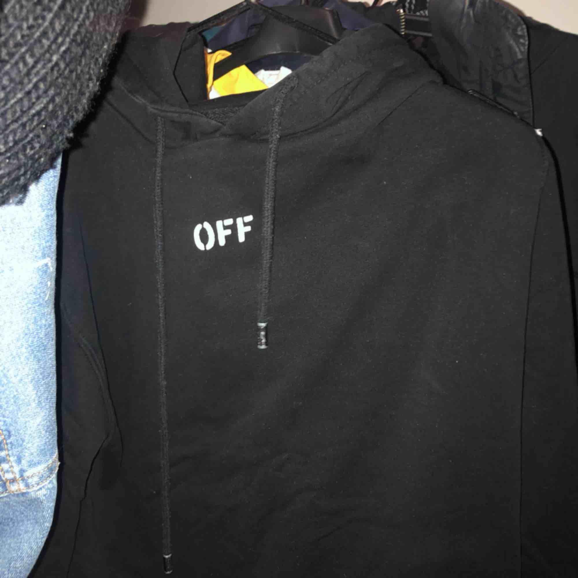 *fake* off white hoodie! Super skön och i bra kvalité! Sparsamt använt. Frakt tillkommer!!  Skynda fynda denna ascoola . Huvtröjor & Träningströjor.