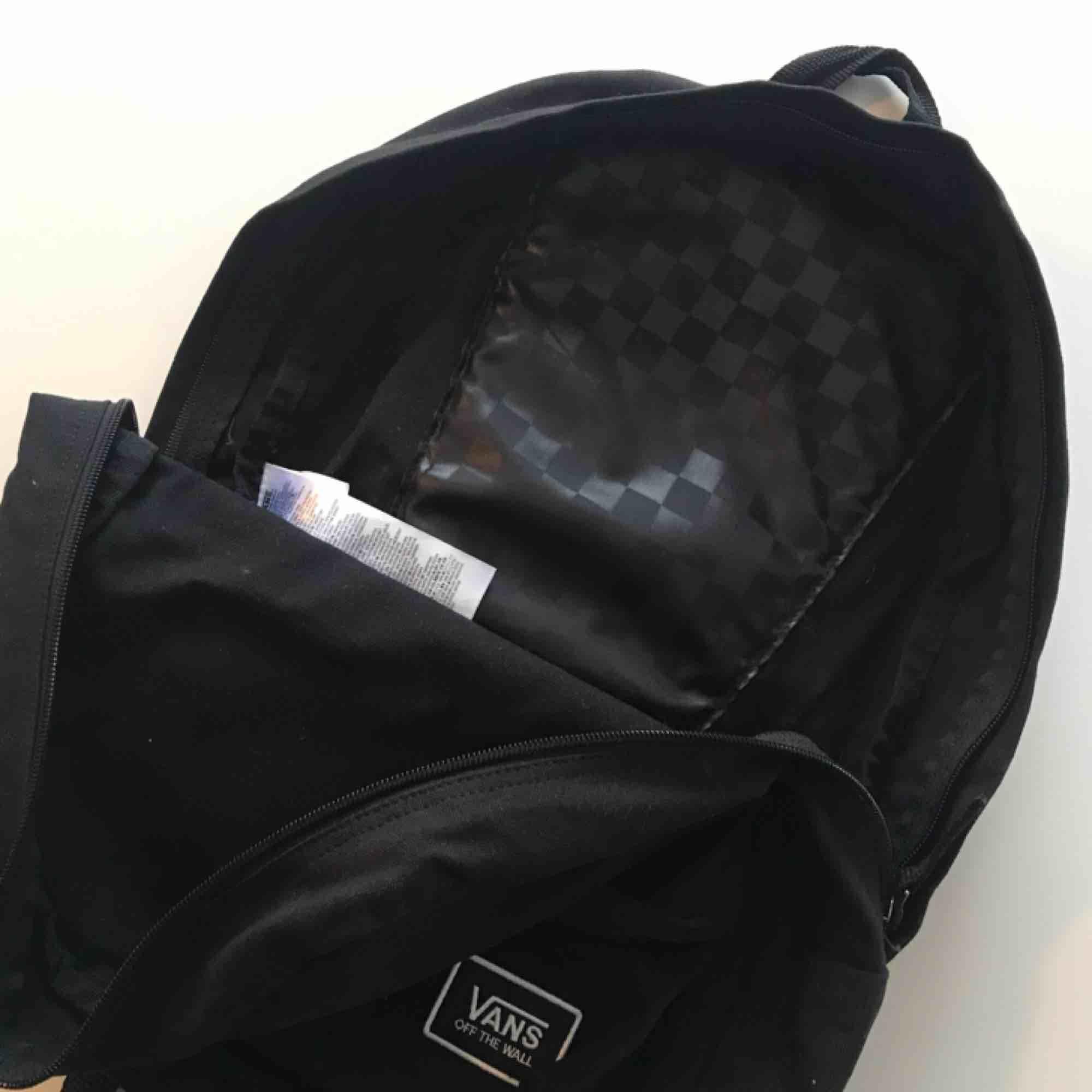 Rymlig ryggsäck från Vans. Jättefint skick, syns ej att den är använd. Frakt 58kr. . Accessoarer.