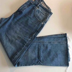 Flared jeans som jag säljer då de är för stora för mig, de är 93 cm i längden och 78cm runt midjan!   Frakt 58kr!