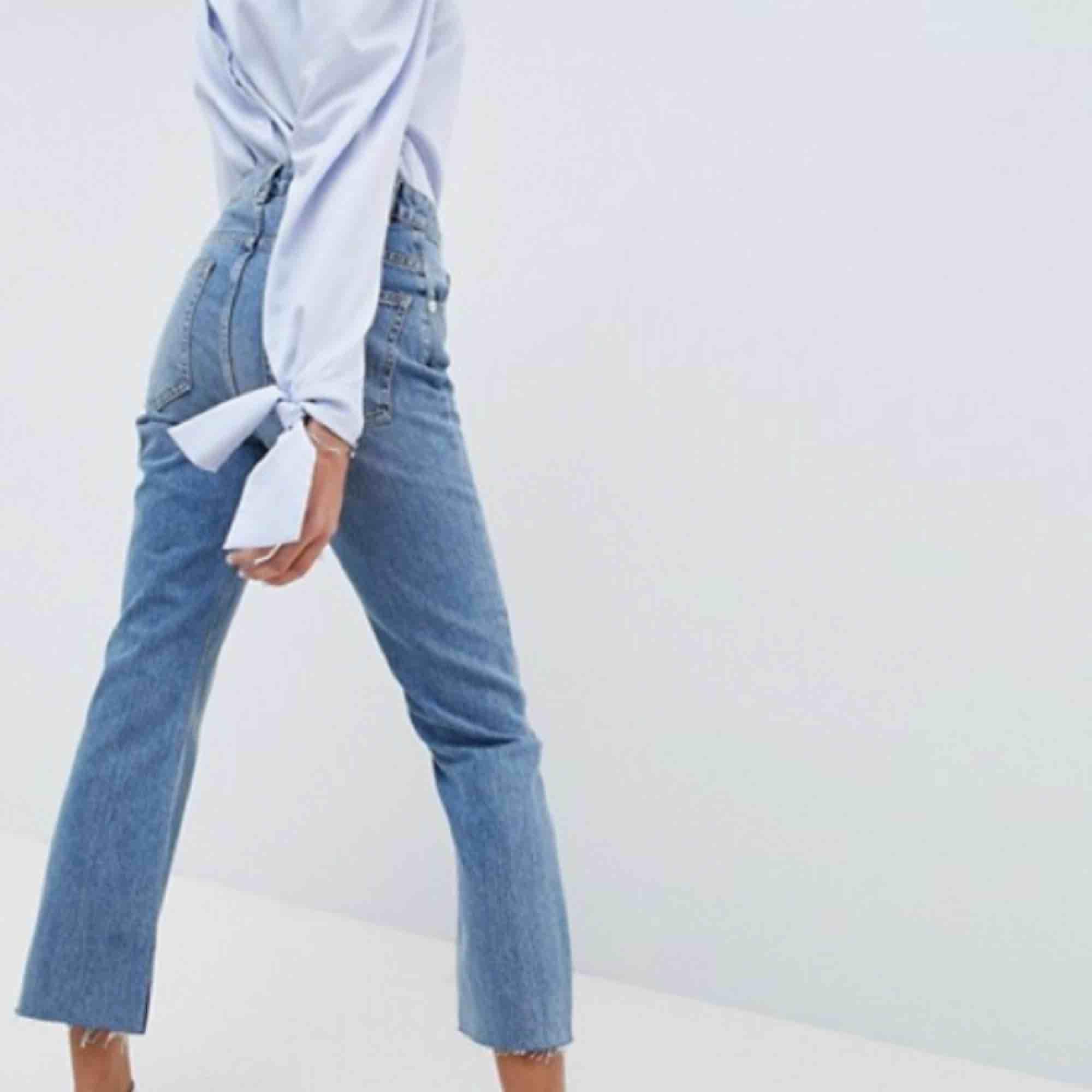 Flared jeans som jag säljer då de är för stora för mig, de är 93 cm i längden och 78cm runt midjan!   Frakt 58kr! . Jeans & Byxor.