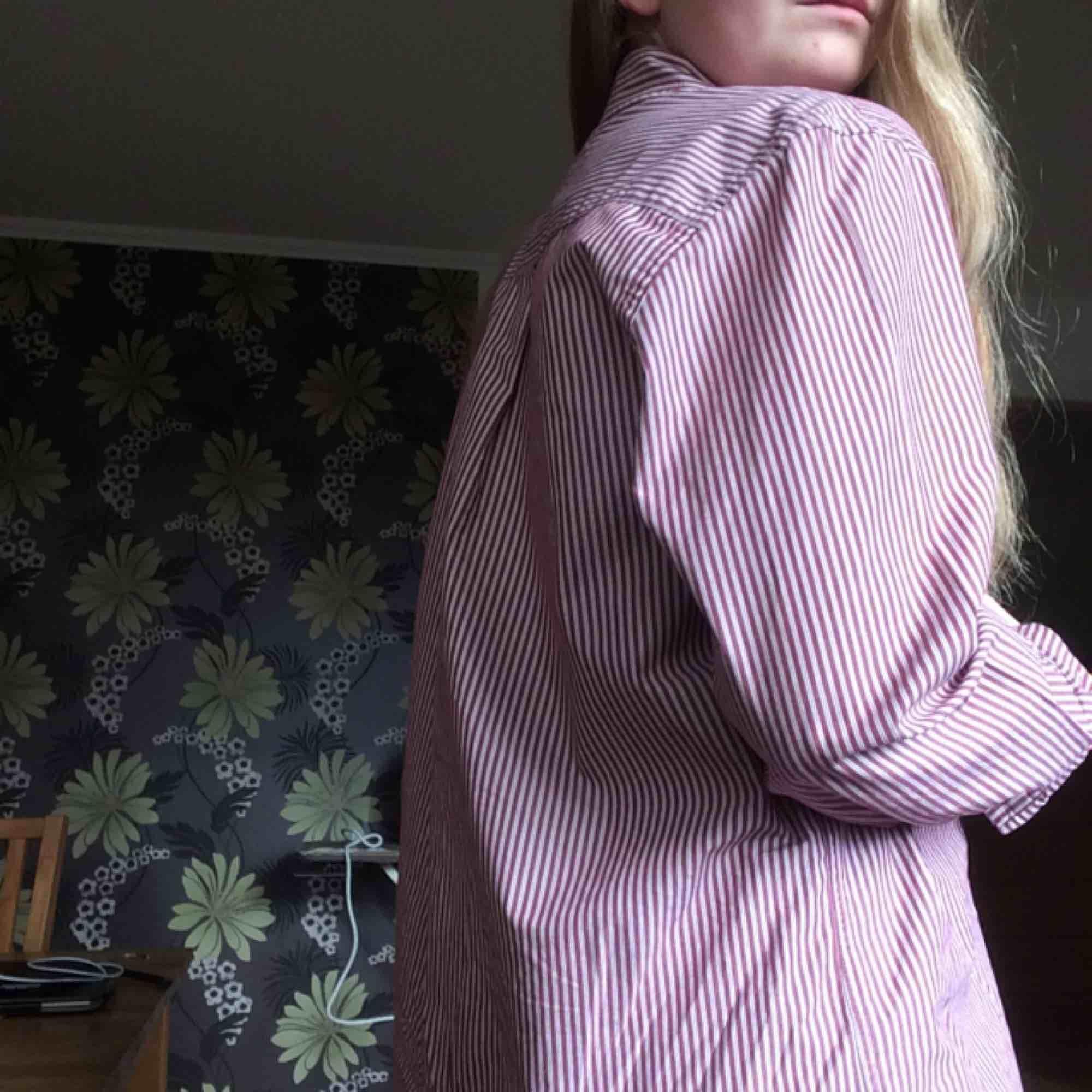 säljer denna superfina skjorta ifrån Tommy Hilfiger❣️så gott som ny, har rullat upp ärmarna så kan behöva strykas om en tycker det är skrynkligt. Herrstorlek, men passar hur bra som helst som oversize. Du står för frakten🌹. Skjortor.