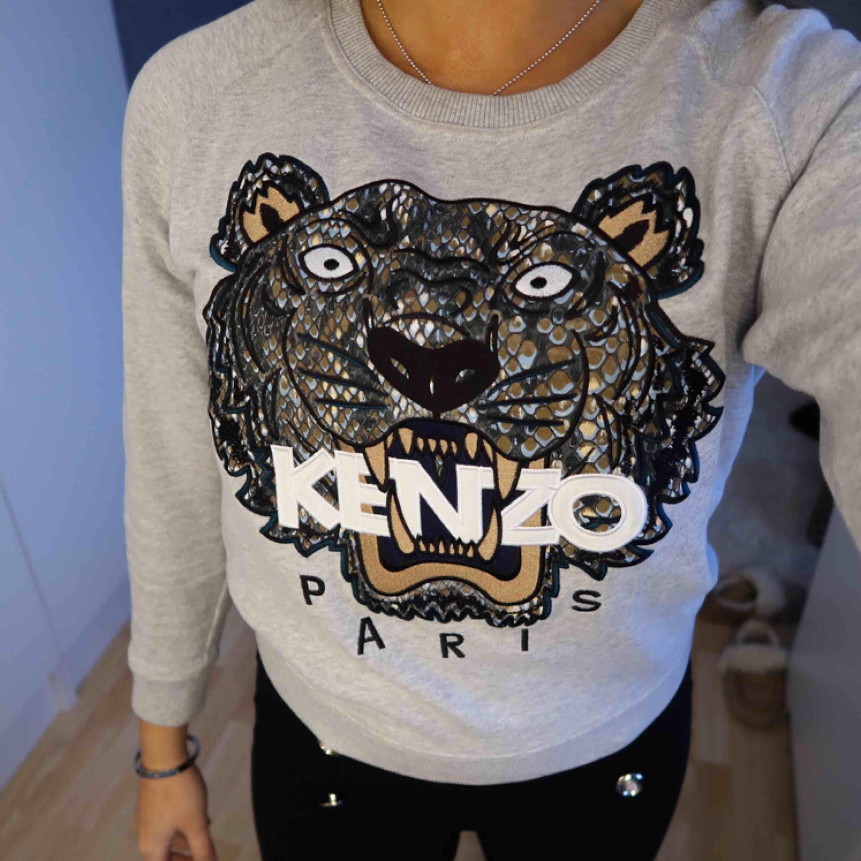 Säljer denna fina fina Kenzo tröja i strl S. Säljes pga måste rensa bort kläder! . Huvtröjor & Träningströjor.