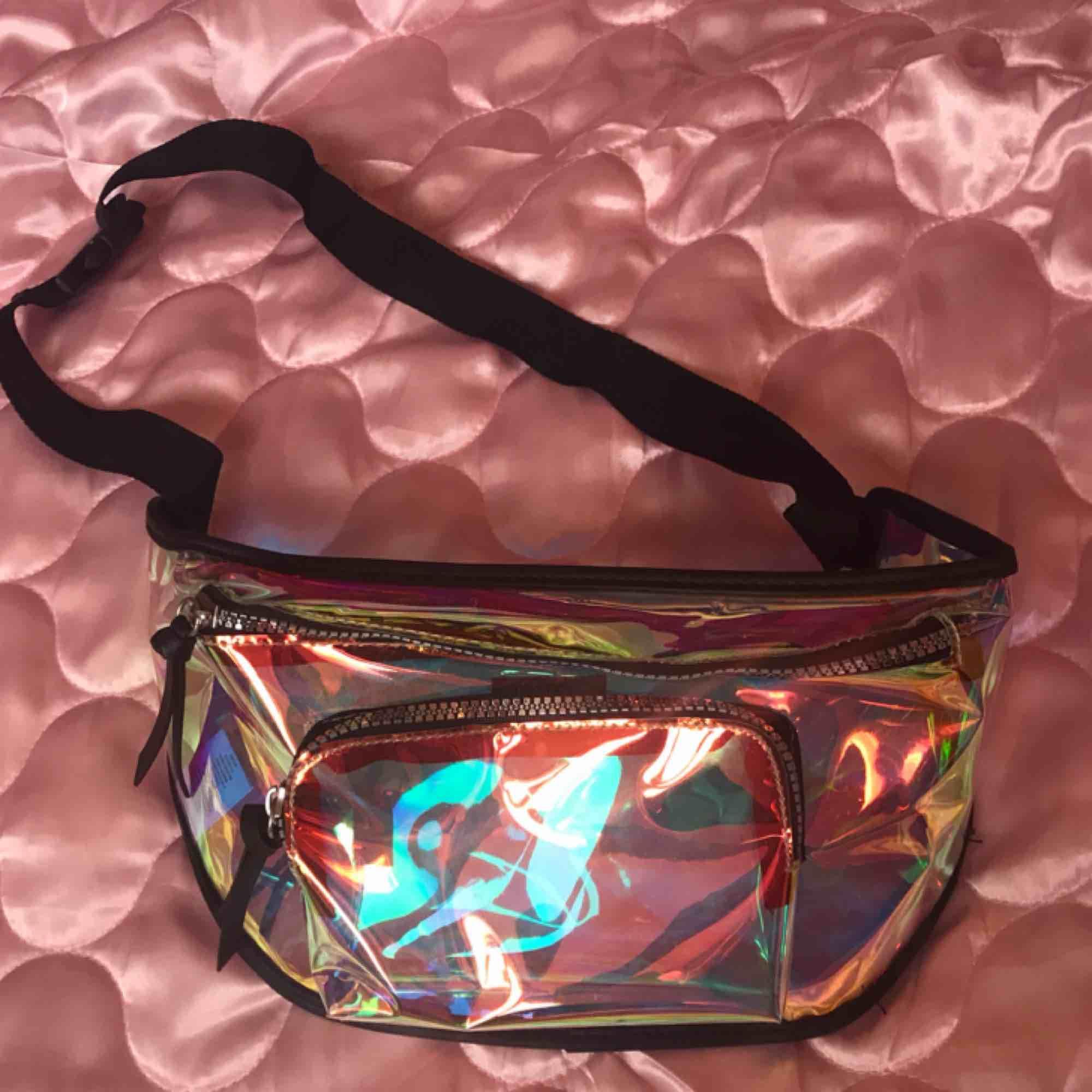 Hologram midjeväska från Primark! Aldrig använd. Swisha 100:- så skickar jag på posten asap! Frakt ingår. Xoxo . Väskor.
