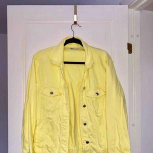 Gul jeansjacka från Ginatricot, storlek L men jag har egentligen S och använt den som en oversize jacka! Köpare står för eventuell frakt!